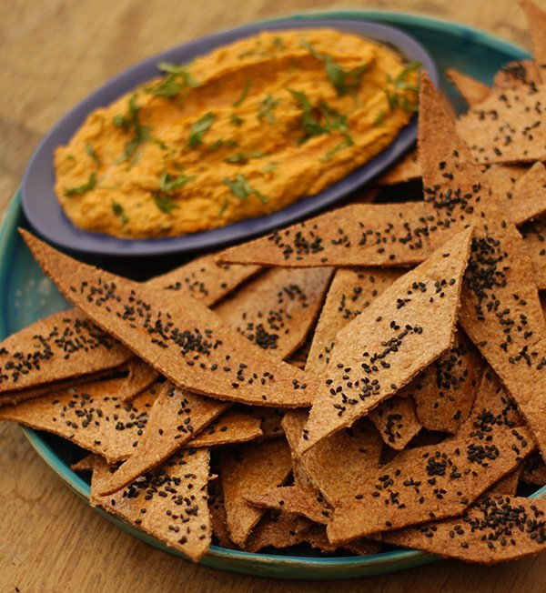 FLAT BREAD CRISPS WITH HUMMUS FROM CHETNA MAKAN